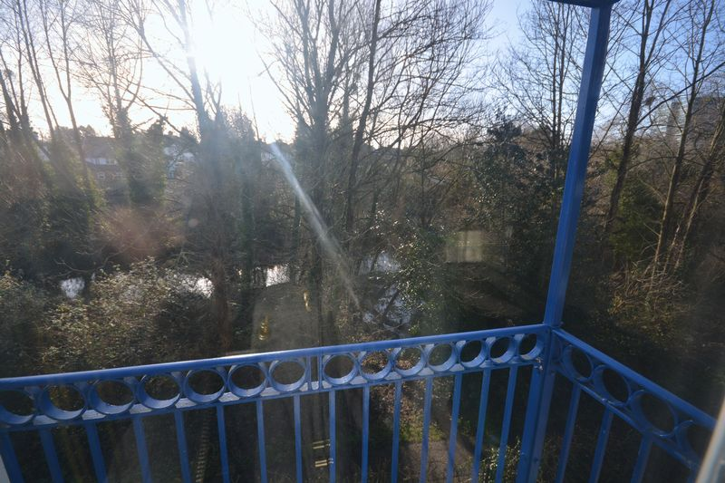Riverbank Close