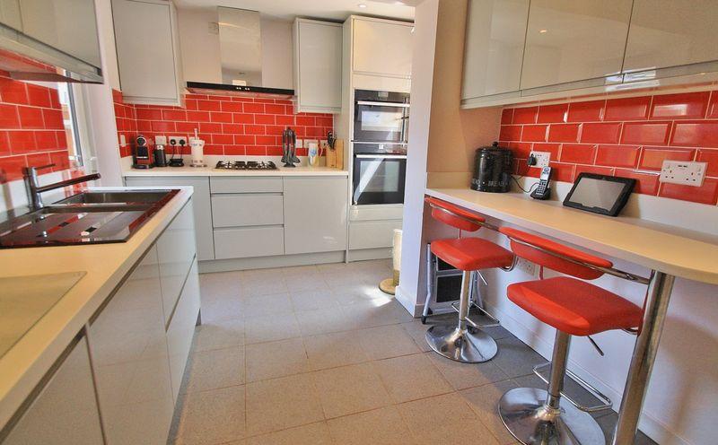 2 Bedrooms Property for sale in Westfield Road, Benson