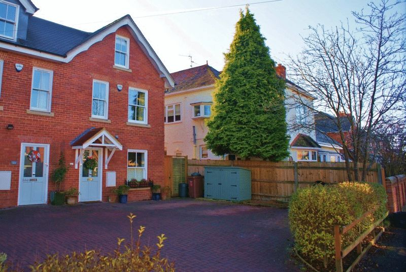 4 Bedrooms Property for sale in Victoria Road, Wargrave