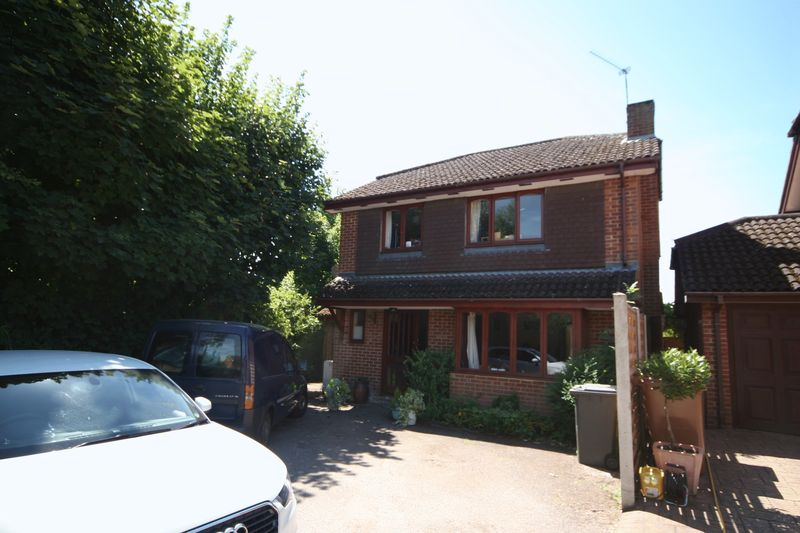 4 Bedrooms Property for sale in Bullers Road, Farnham