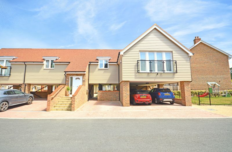 2 Bedrooms Property for sale in Hunters Place, Hindhead