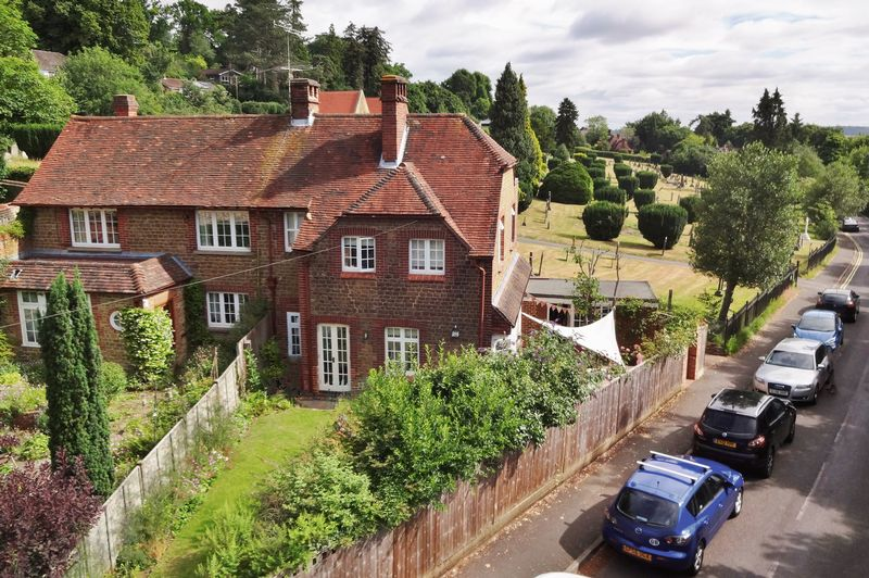 3 Bedrooms Property for sale in Deanery Road, Godalming