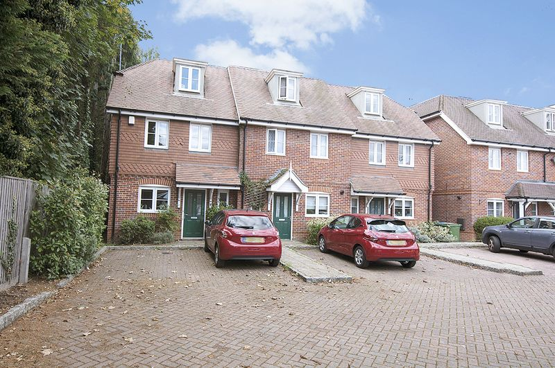 4 Bedrooms Property for sale in Foxhollow Close, Walton-On-Thames
