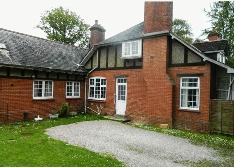 3 Bedrooms Property for sale in Weirfields, Totnes
