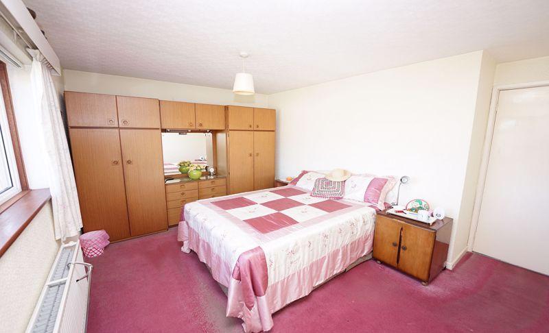 Spacious principal bedroom
