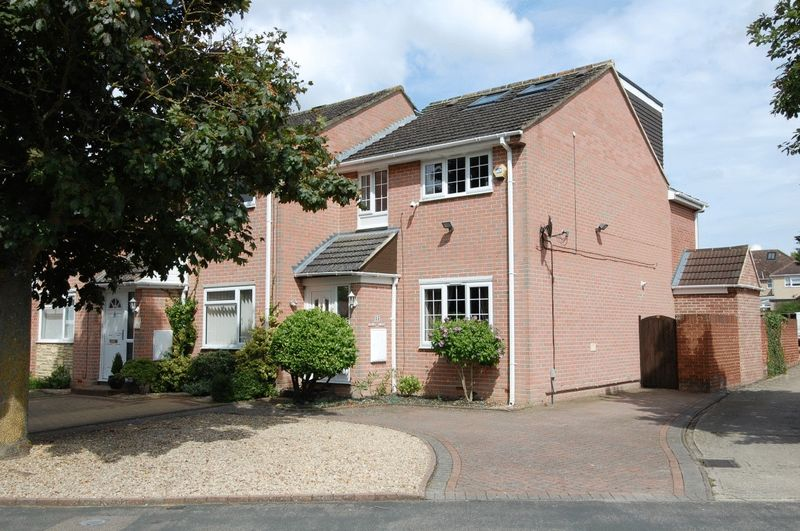 4 Bedrooms Property for sale in Poplar Close, Kidlington