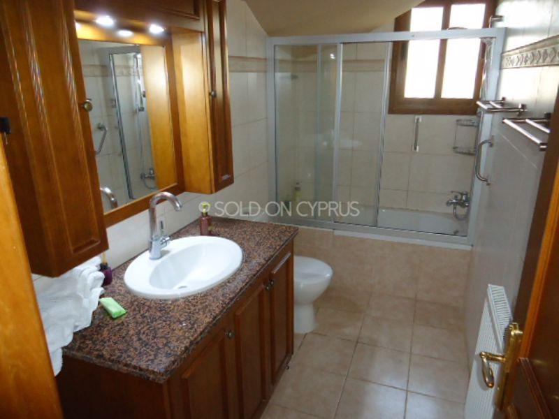Downstairs-main-bathroom