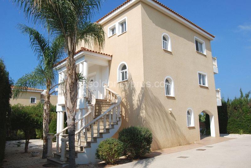 Beautiful Detached Villa on Private Driveway