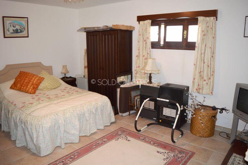 Basement flat bedroom - lounge