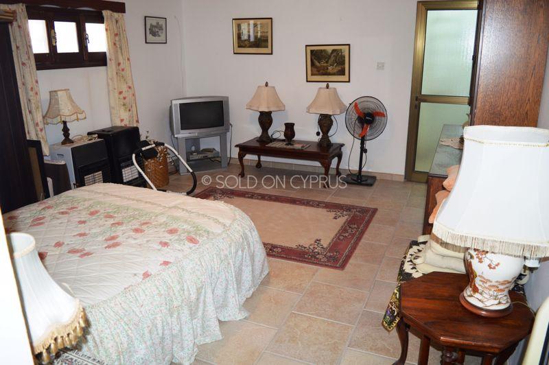 Basement flat bed - lounge