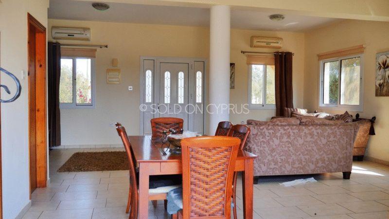 Dining & Lounge Area