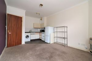 Broomlands Street Flat 2/2