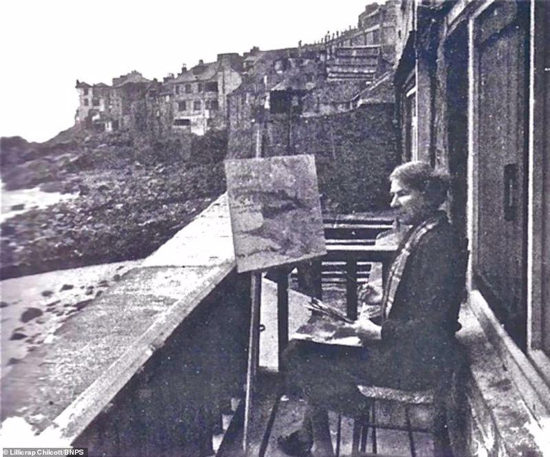 Pauline Hewitt on the Balcony