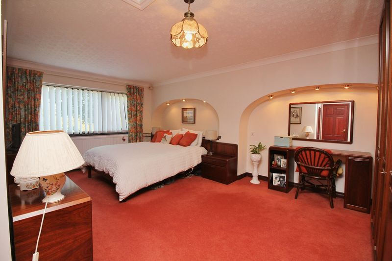 Master Bedroom With En Suite Bath & Shower Room