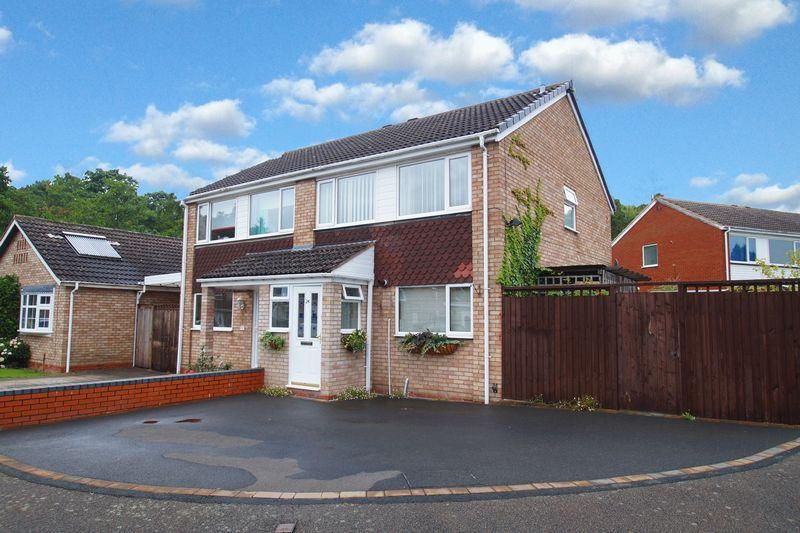 3 Bedrooms Property for sale in Ledbury Close Matchborough East, Redditch
