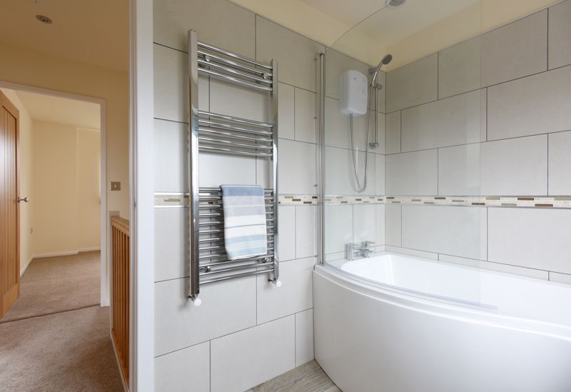 RE-FITTED BATHROOM TO LANDING