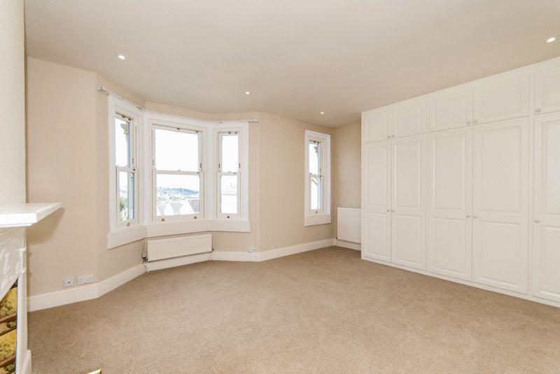 Master En-suite Bedroom with Built in Wardrobes