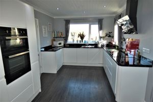 Modern Fitted High Gloss Kitchen