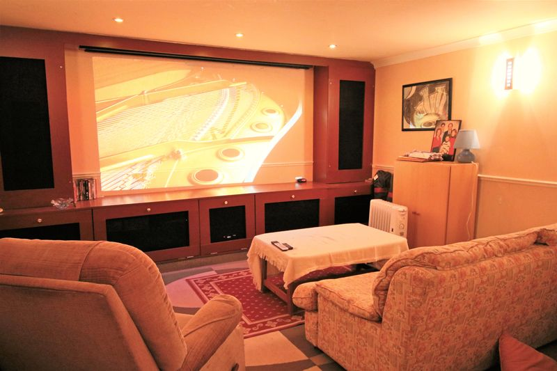 Home Cinema Room/Double Garage