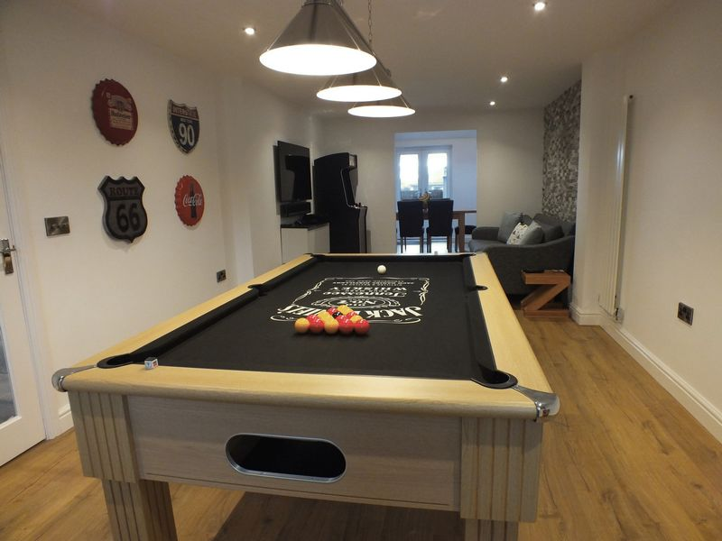 LOUNGE/GAMES ROOM