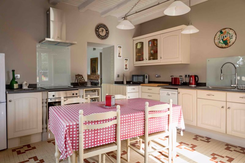 R Cottage kitchen