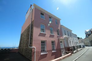 ** UNDER OFFER WITH MAWSON COLLINS ** Flat 3, Grangeclare, Les Canichers
