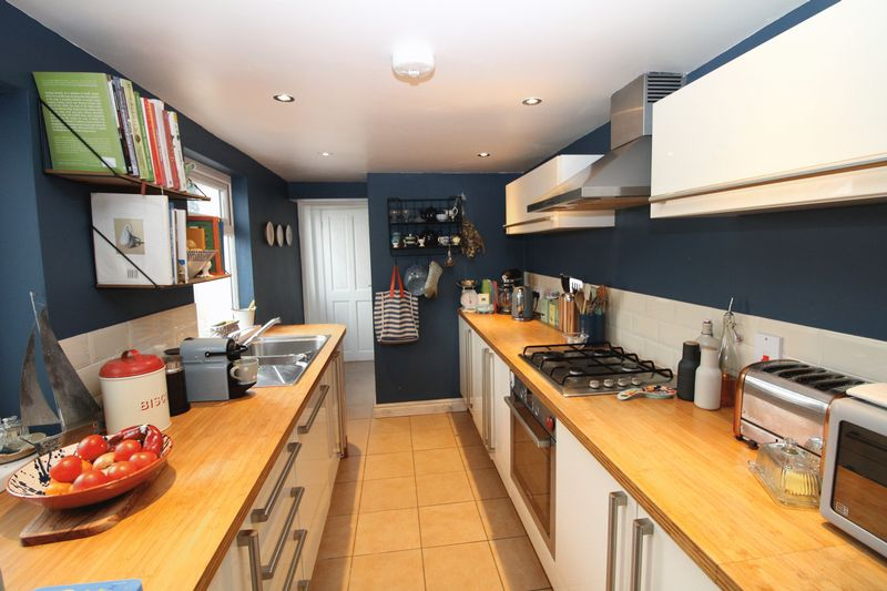 Stylish kitchen with integrated oven, hob and extr