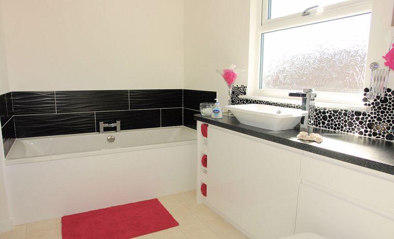 En suite with bath