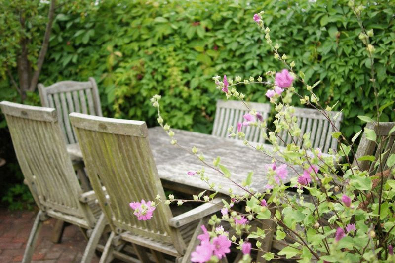 Garden table feature