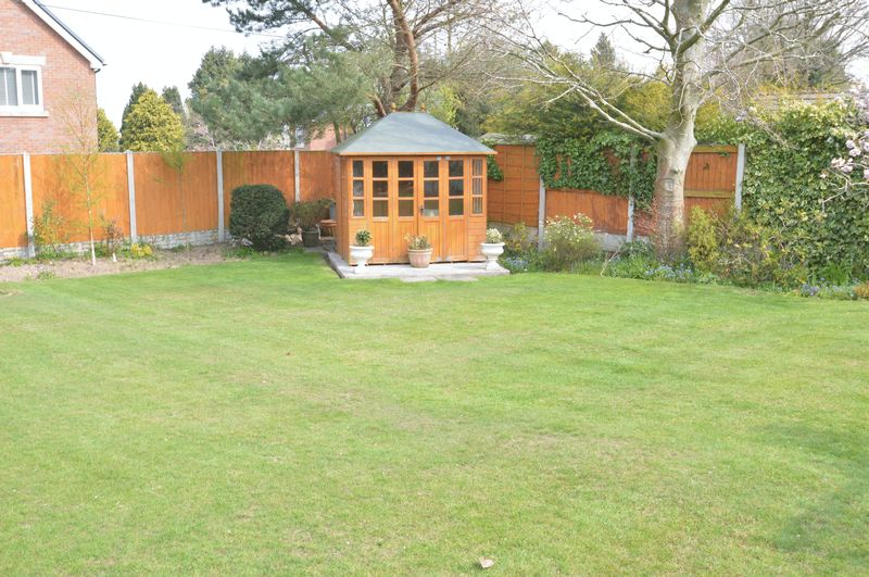 GARDEN/SUMMERHOUSE