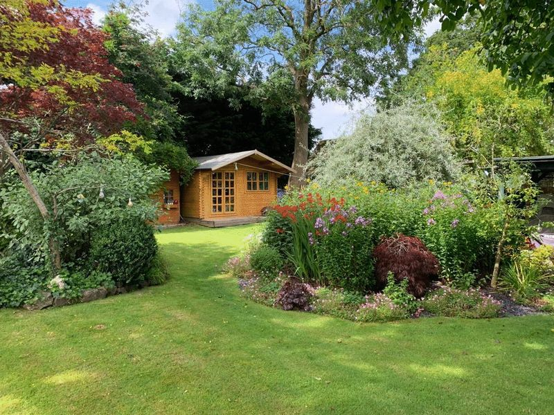 GARDEN/ SUMMERHOUSE