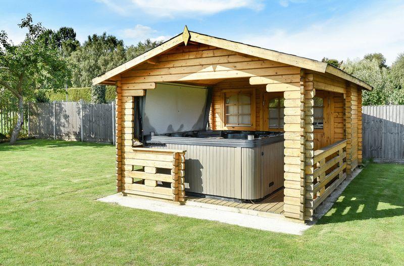 Hot Tub & Spa Cabin