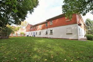 Littleton Manor, Abington Drive Banks