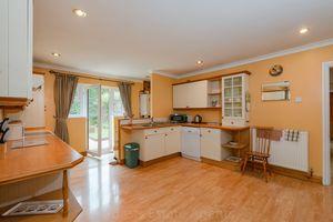 Kitchen dining area3