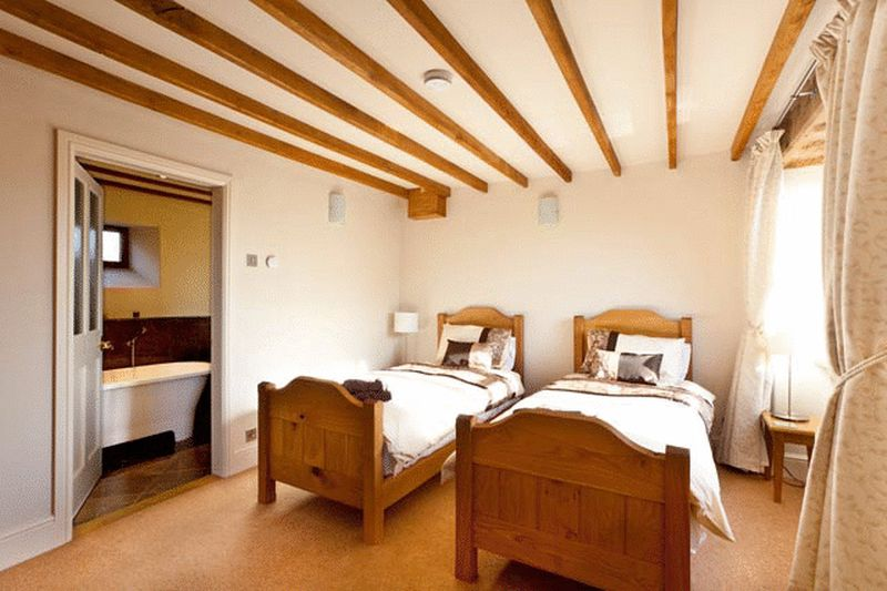 Oak Barn Bedroom showing en suite