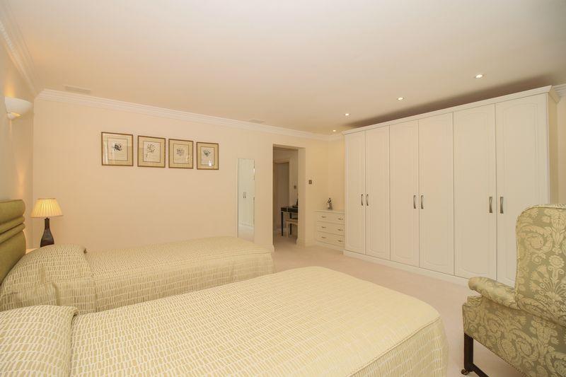Bedroom 2 / Guest Suite - 16' 1'' x 14' 5'' (4.9m