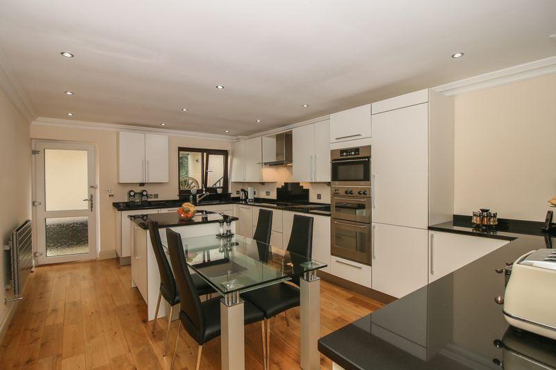 Kitchen - 12' 2'' x 18' 4'' (3.7m x 5.6m)