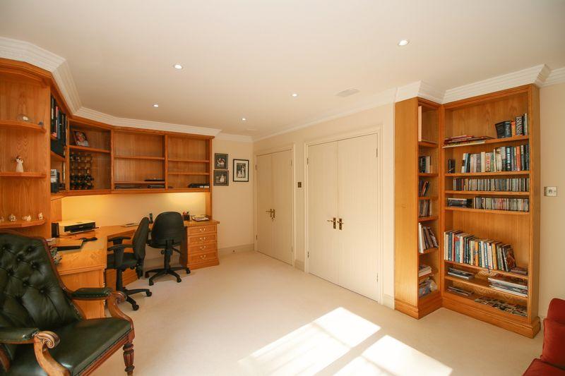 Bedroom 3 - 13' 5'' x 17' 5'' (4.1m x 5.3m)