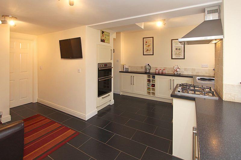 Kitchen (alternative view 2)