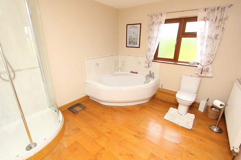 Master En-Suite Bathroom (alternative view)