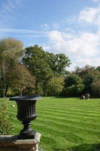 Garden urn feature